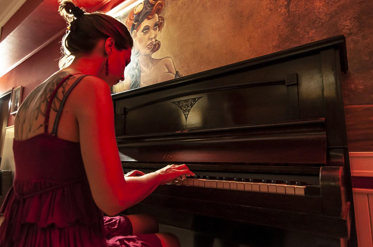 Ragazza al Piano 01